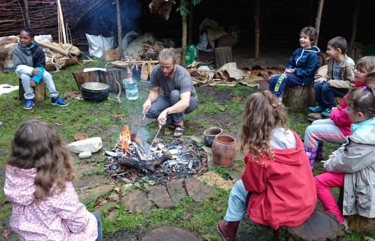 02 Kim PASCHE, Cuisiner primitif, Confection d'un pain néolithique, Savoirs et Faire, Parc Rousseau 2014(c)L.Dapremont-Parc Rousseau